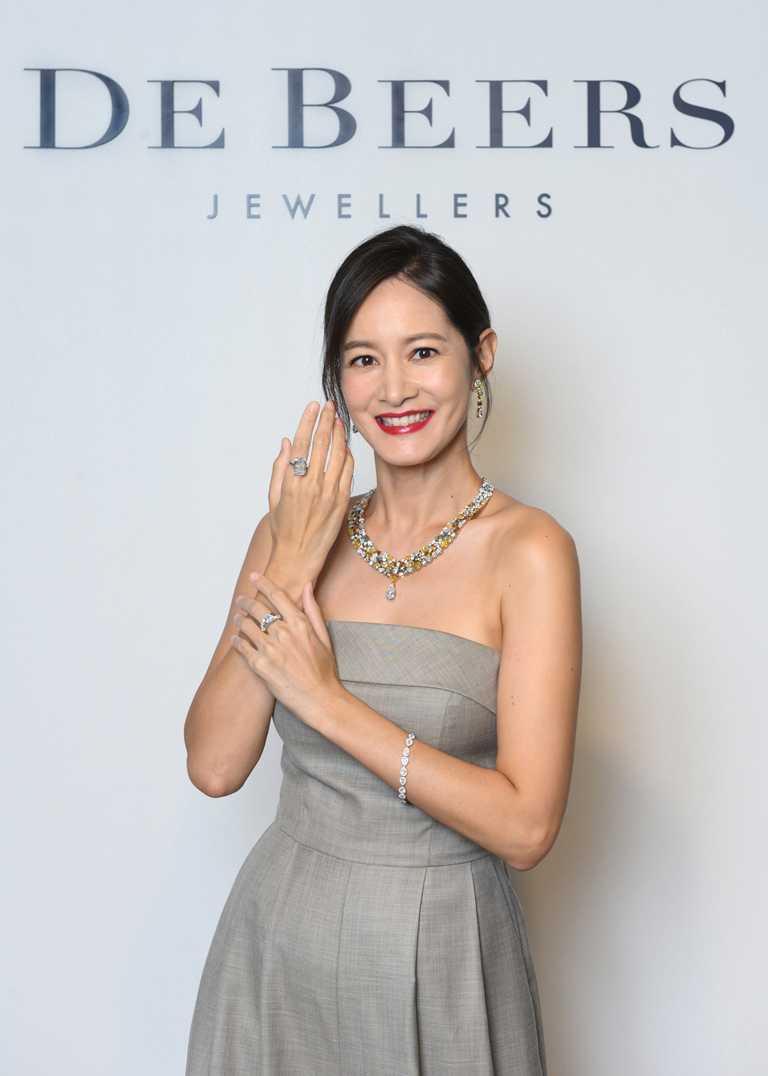 知性女星Janet謝怡芬,佩戴DE BEERS「Soothing Lotus」系列頂級珠寶,沉浸天然美鑽的獨特魅力。(圖╱DE BEERS提供)