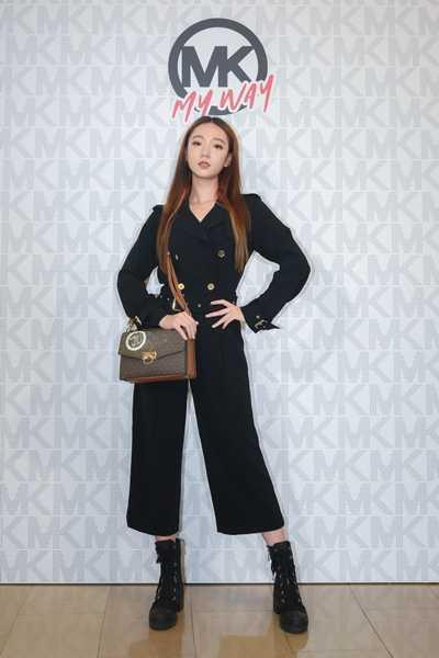 Julia吳卓源一襲率性連身褲裝,用自己創作的包款個性點綴。(圖/Michael Kors)