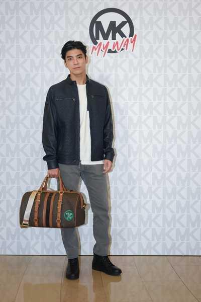 林哲熹在包款上以大自然的綠色系妝點出都會休閒。(圖/Michael Kors)