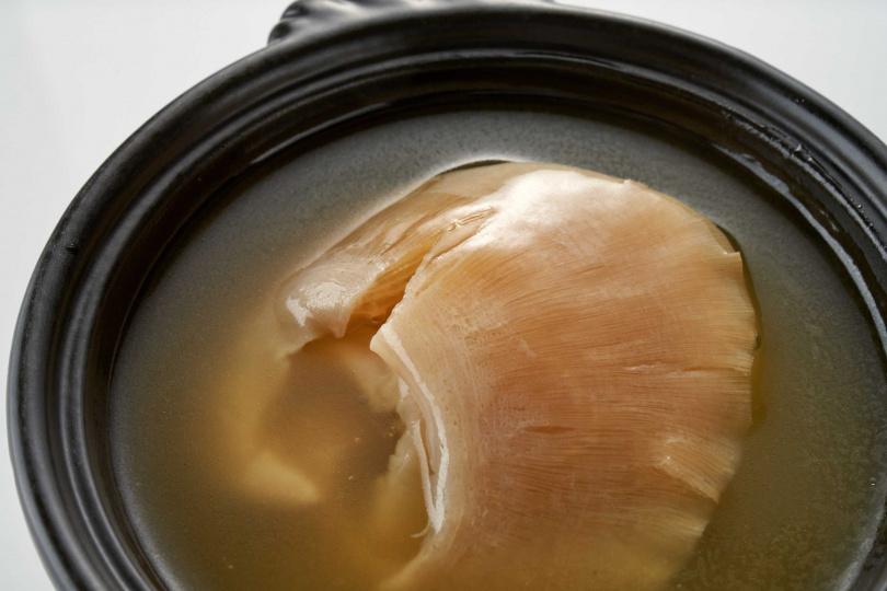 粵菜廳的「明火砂鍋排翅」溫潤富含膠質,售價1280元。