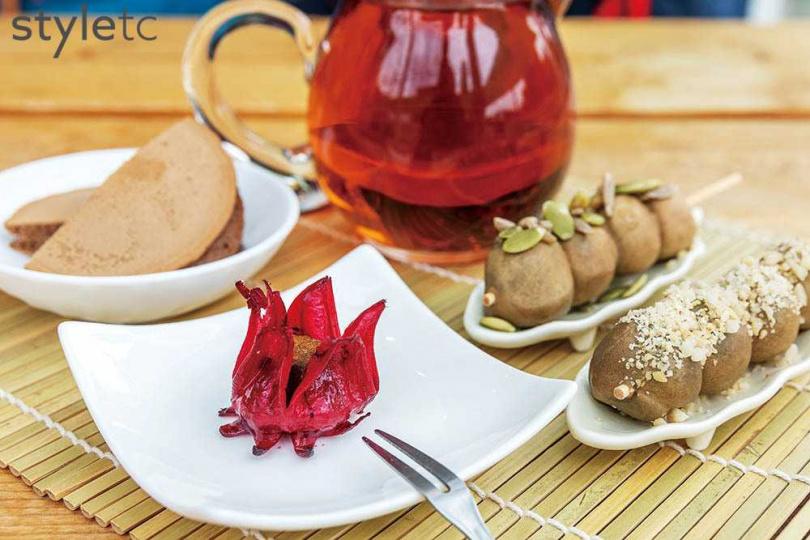 新鮮洛神蜜釀後急速冷凍,包裹茶香生巧克力,冰脆酸甜。(50元)(圖/焦正德攝)