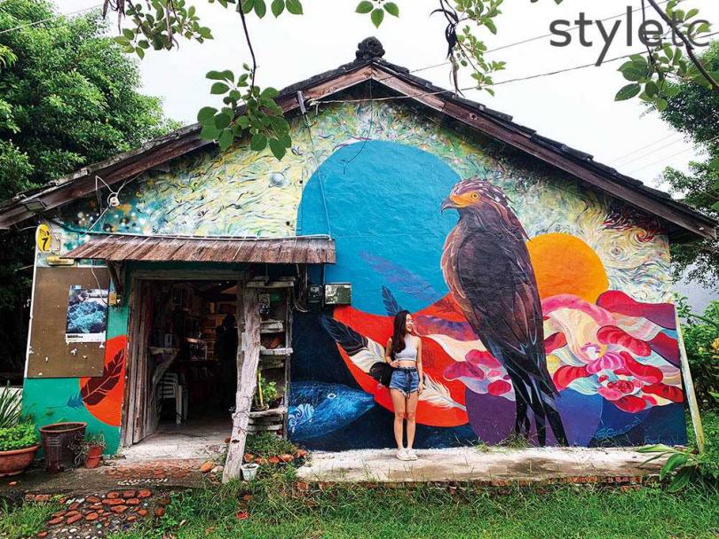 大面彩繪外牆出自在地藝術家手筆,不定期就會來換新裝。(圖/焦正德攝)