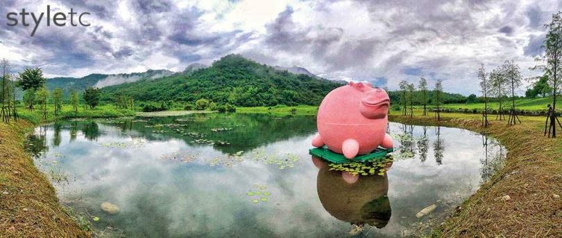 漂浮在新良濕地的《粉紅河馬》,討喜亮眼的造型特別醒目。(圖/焦正德攝)