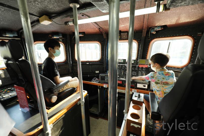 小朋友可以登船假想自己在駕駛搜救艇。(圖/于魯光攝)