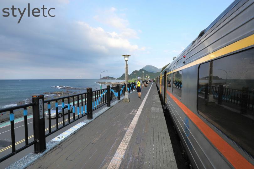 在八斗子車站可以同時拍到火車與海景同框的畫面。(圖/于魯光攝)