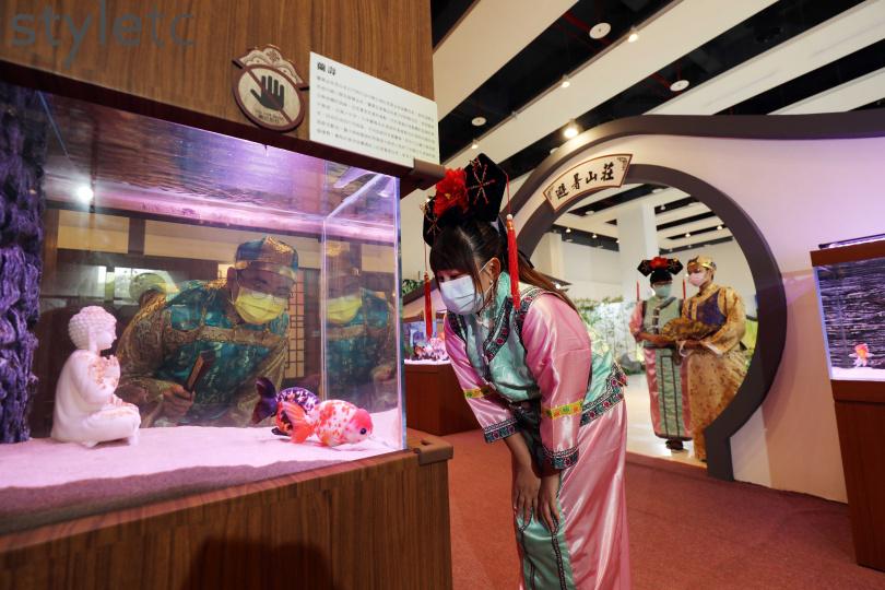 和朋友一起換穿古裝參觀「宮廷魚樂」特展,增加有趣回憶。(圖/于魯光攝)