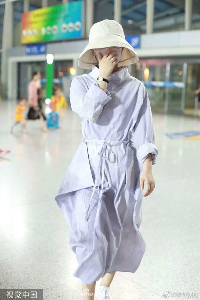 今年3月誕下1子久未露面的鄭麗穎,被網友捕獲出現在北京機場。(圖/翻攝自新浪娛樂微博)