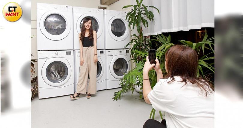 老闆取自浣熊愛洗手概念而開設的洗衣店竟成拍照熱點。洗衣服務一次100元起。(圖/施岳呈攝)