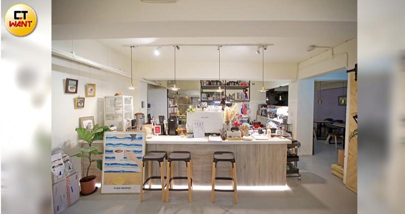 開放式廚房設計,讓咖啡館充滿活力!(圖/施岳呈攝)