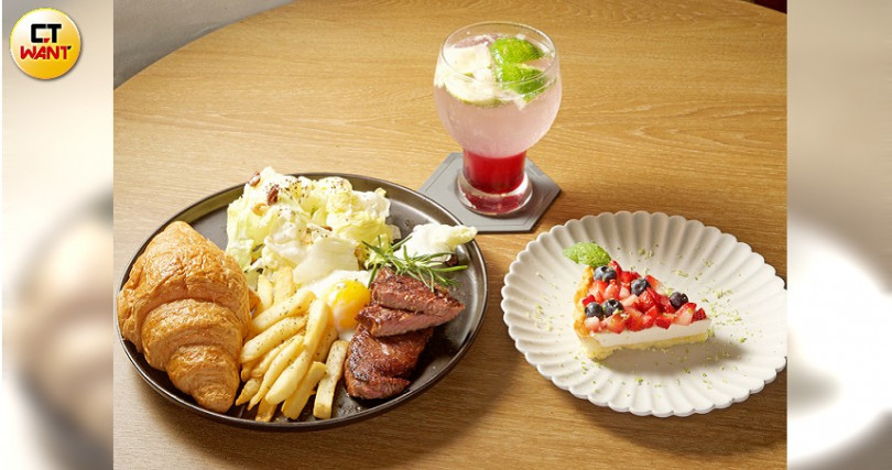 推薦手工餐飲:濕式熟成牛排可頌(260元)、接骨木檸檬藍莓蘇打(180元)、紐約起士藍莓塔(160元)。(圖/施岳呈攝)