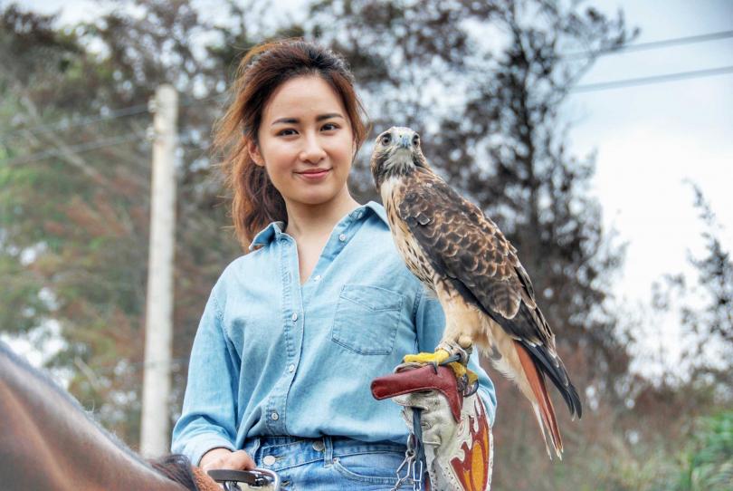 顏以娜為馴鷹協會拍攝宣傳影片。(圖/郎子娛樂提供)