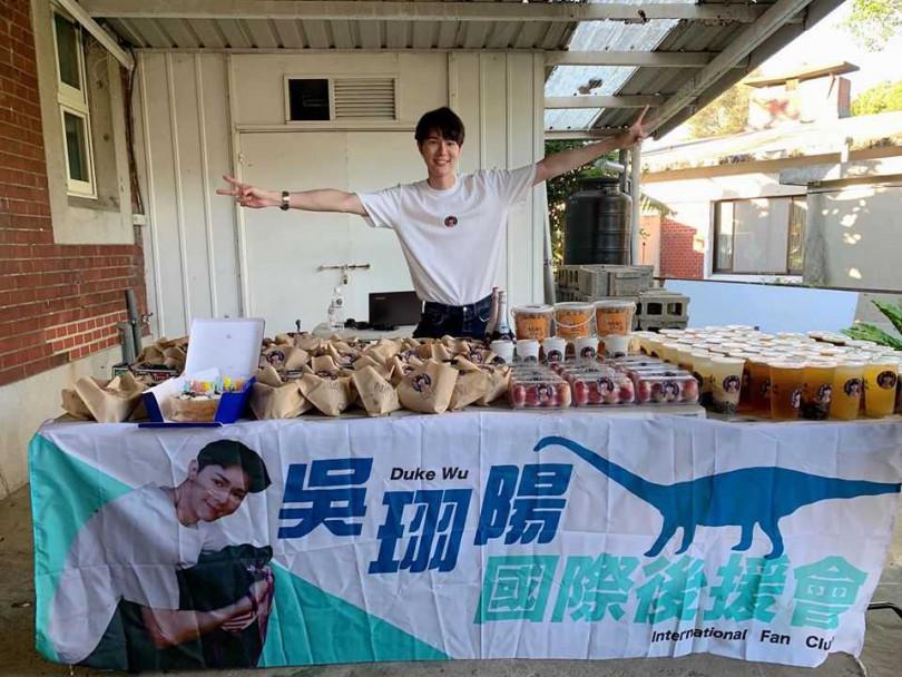 去年吳珝陽過生日,粉絲特地做食物應援替正在拍片的他慶生。(圖/伊林娛樂提供)