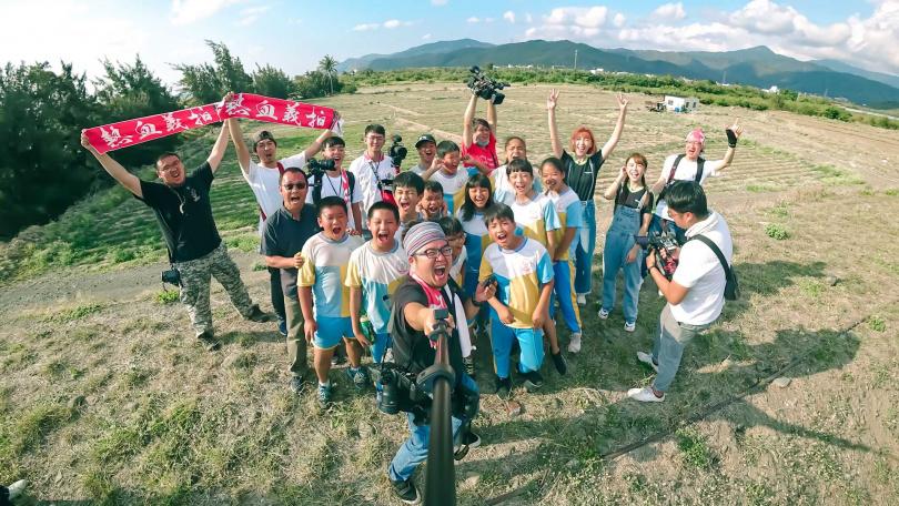 義拍團隊為屏東枋山楓港國小拍攝畢業紀念照,一同留下難忘的回憶。(圖/懿想天開提供)
