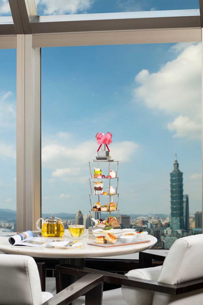 在坐擁高樓城市美景的酒廊品味兩位各具風格的男孩甜點主廚激盪出獨特風味的「法式新饗X台味漂洋」下午茶,享受悠閒午后時光。(圖片提供/香格里拉台北遠東國際大飯店)
