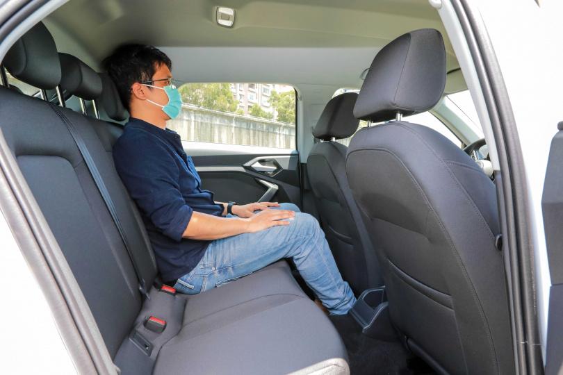 車室空間比前代增加許多, 176公分的男性坐進後座,膝蓋離前座仍有1顆拳頭的寬度。(圖/馬景平攝)
