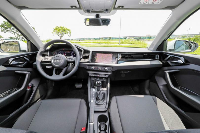 8.8吋觸控螢幕車機微微傾向駕駛,是相當友善的設計。(圖/馬景平攝)