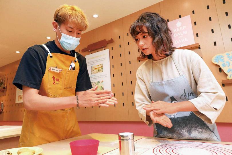 認真學習烘焙技巧的黃姵嘉,最喜歡「拍手粉」這個動作。(圖/焦正德攝)