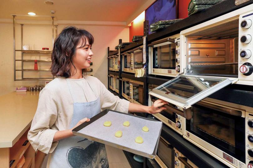 將小麵糰放進烤箱,出爐後就完成餅乾基底,再加以裝飾就成了造型餅乾。(圖/焦正德攝)