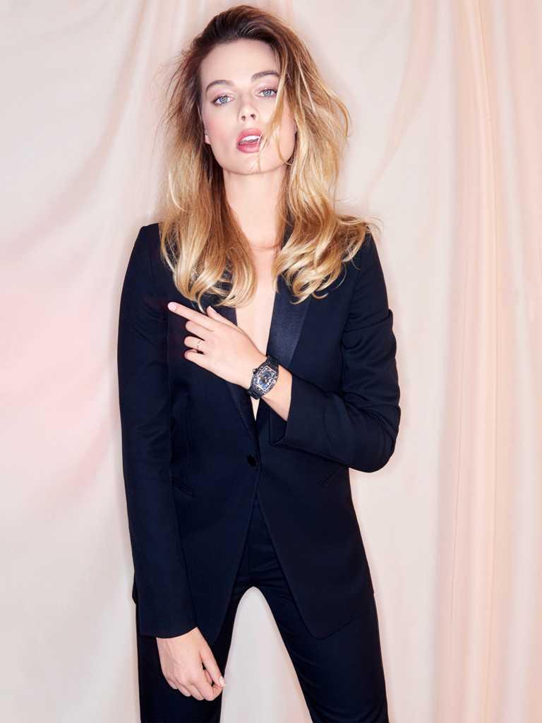 RICHARD MILLE品牌摯友瑪格羅比,佩戴「RM07-01女士腕錶」碳纖維錶鍊款╱6,860,000元。(圖╱RICHARD MILLE提供)