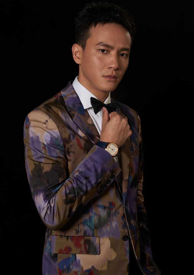 實力派演員曹晏豪,選擇穿著Roberto Cavalli油畫彩墨套裝,搭配PIAGET「Polo」系列玫瑰金腕錶,出席金鐘55頒獎典禮。(圖╱PIAGET提供)