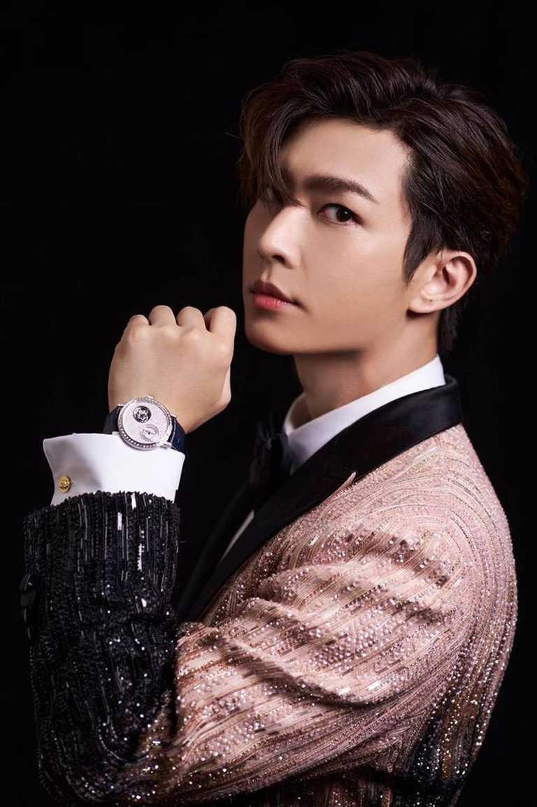 擔任金鐘55頒獎典禮主持人之一的炎亞綸,選擇穿著Atelier Versace高級訂製服,搭配PIAGET珠寶,步上星光紅毯。(圖╱翻攝自臉書)