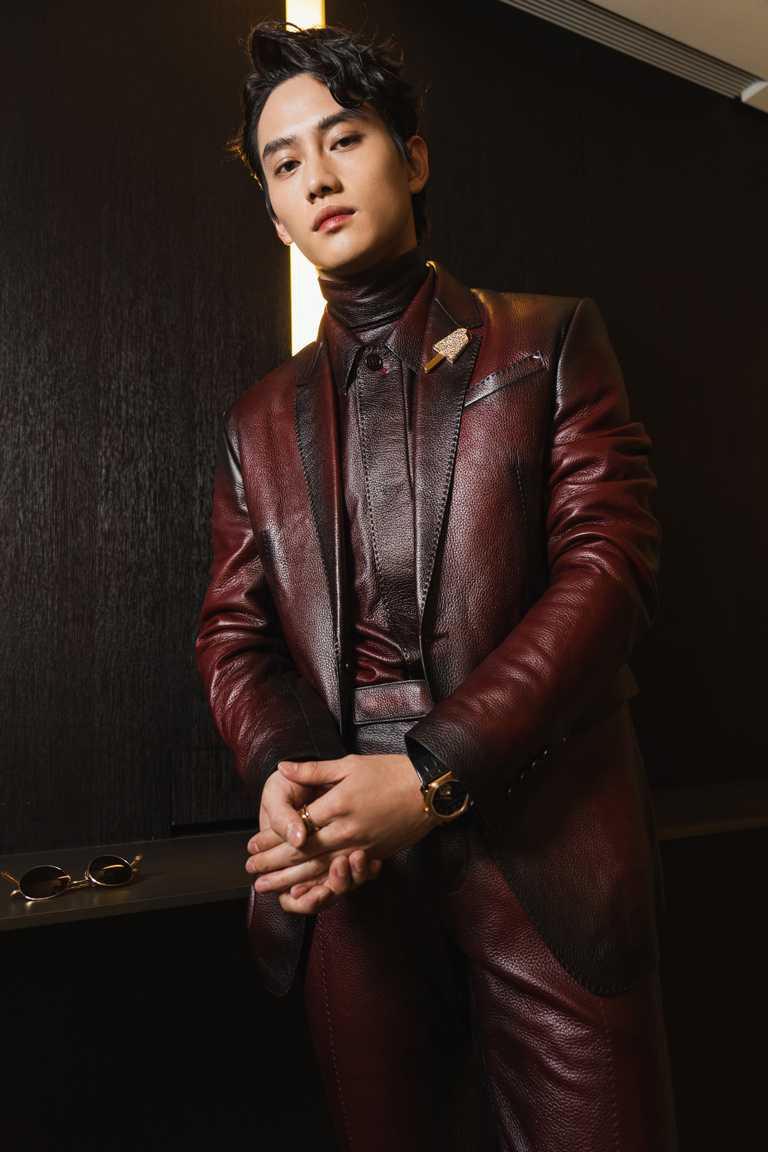 范少勳出席金鐘55的紅毯造型,選擇身穿BERLUTI酒紅色鹿皮西服套裝,搭配BVLGARI珠寶和腕錶,大膽詮釋紳士新貌。(圖╱BVLGARI提供)