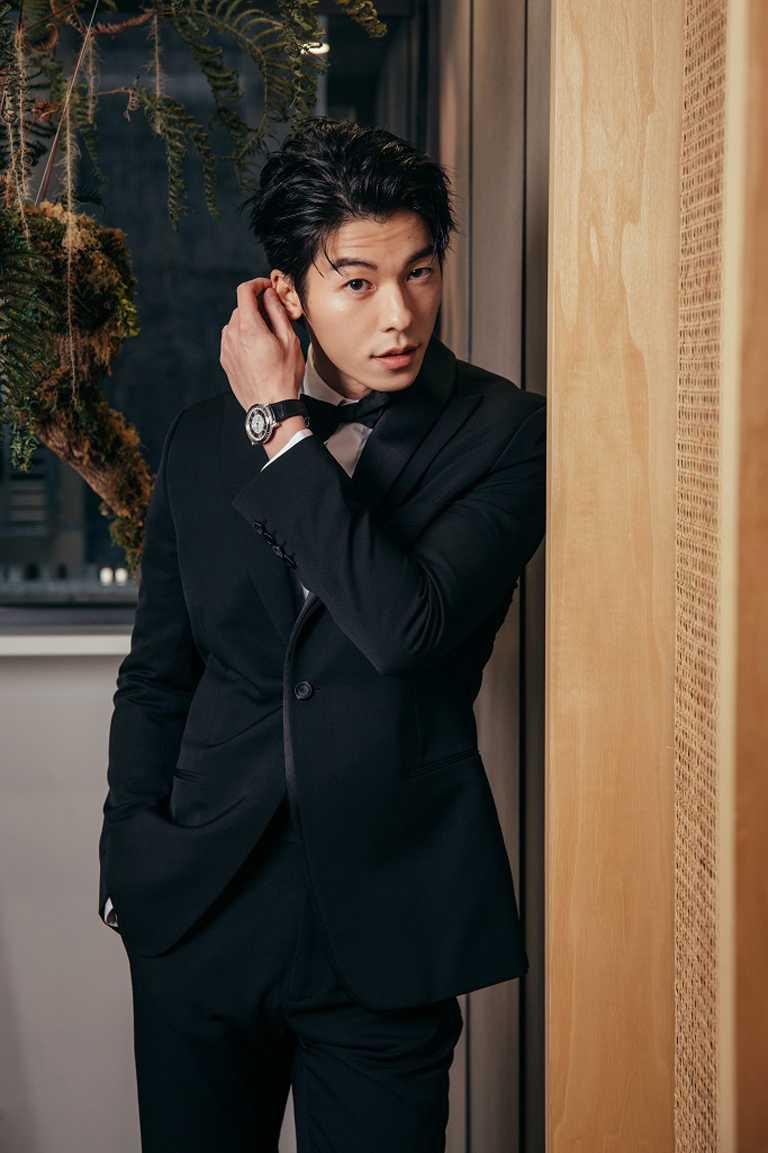 許光漢選擇注重設計細節的全套DIOR黑色西裝,搭配PIAGET「Altiplano」系列黑鑽時標頂級珠寶自動腕錶,展現瀟灑俐落風采。(圖╱PIAGET提供)