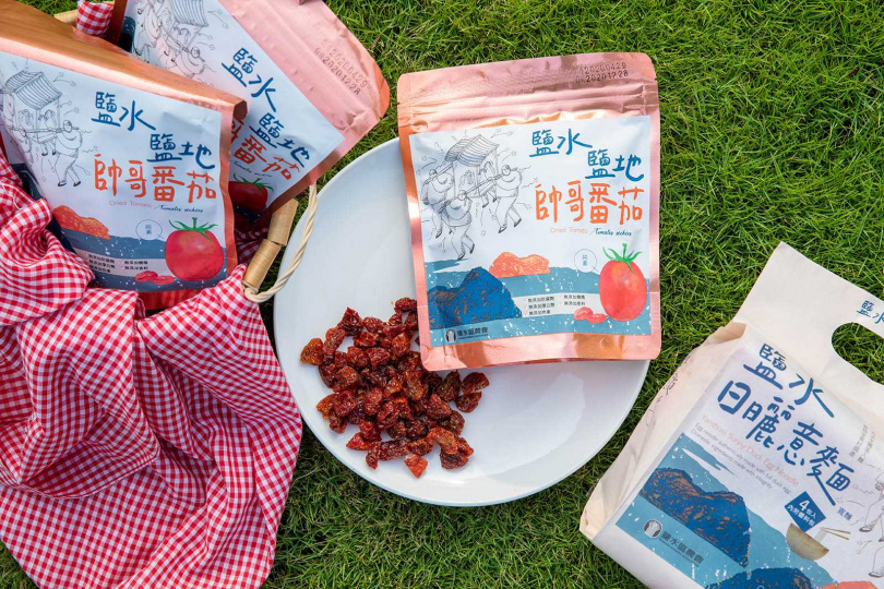 鹽水農會的「帥哥番茄果乾」和「日曬意麵」,都是限定款的人氣伴手禮。(圖/宋岱融攝)