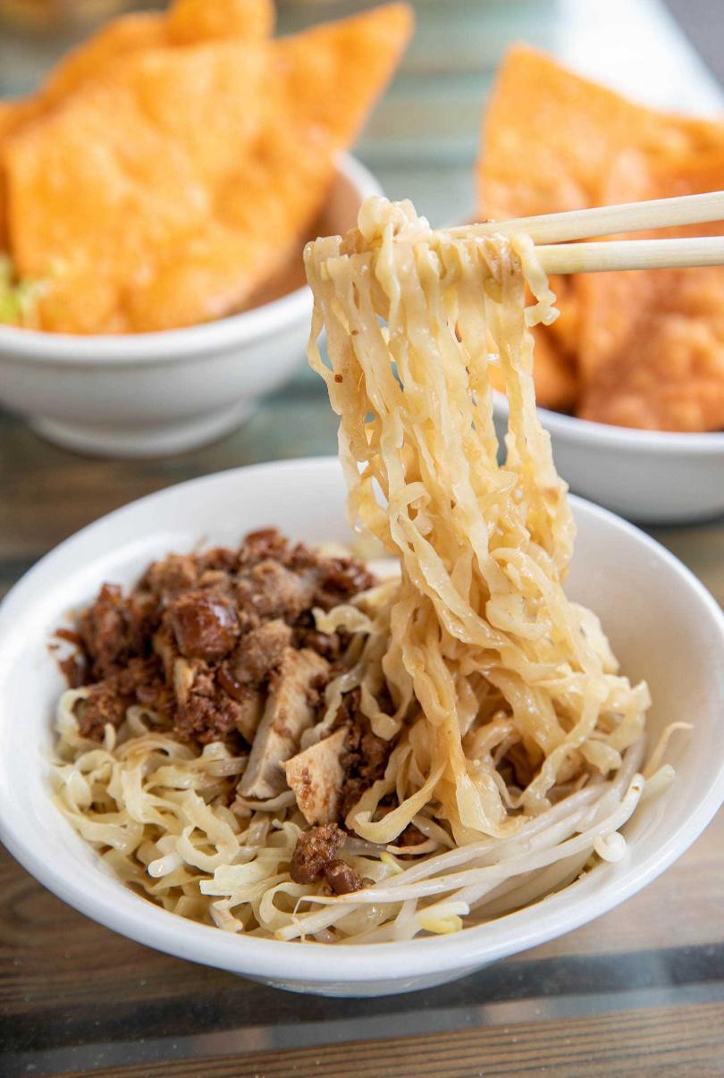 「阿姬意麵」口感Q彈的乾意麵,淋上香噴噴的肉燥,滋味絕佳。(四○元/碗)(圖/宋岱融攝)