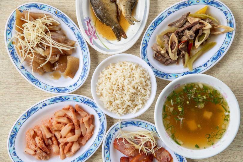 經營四十多年的「胡家豬頭飯」,白飯選用米粒鬆散、偏硬不黏的在來米,再配上一桌家常小菜,成為在地人日常的早餐。(圖/宋岱融攝)