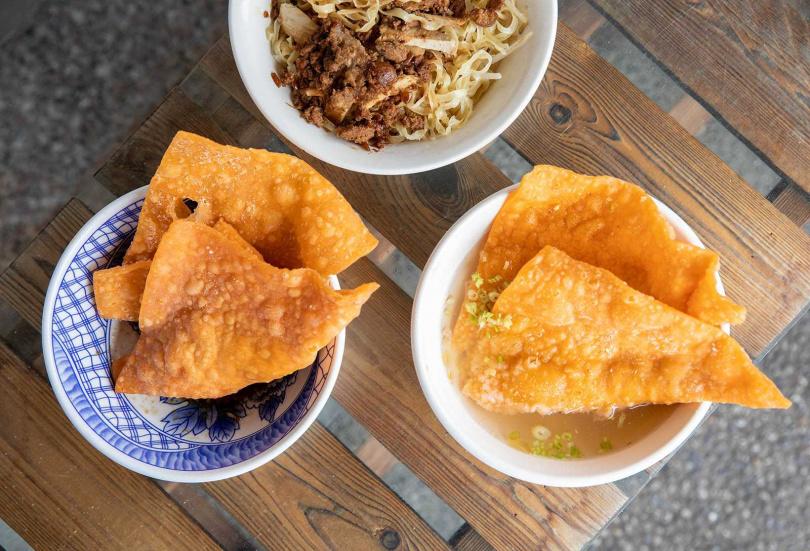 口感類似酥炸餛飩的「肉燕酥」,有乾、湯兩種吃法。(30元/碗)(圖/宋岱融攝)