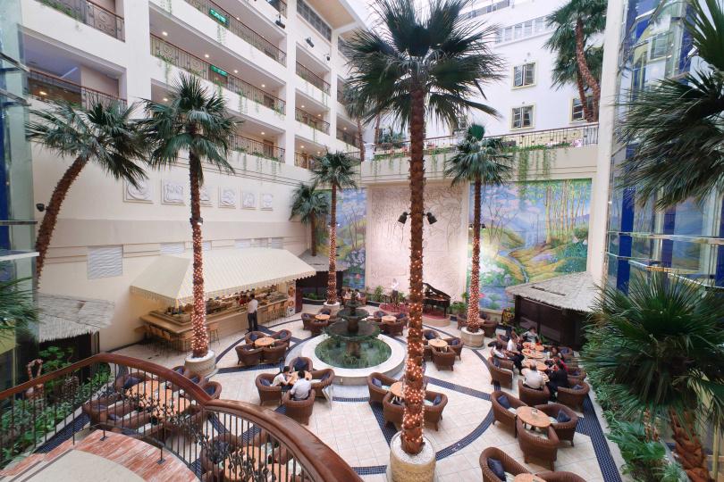 民眾可以在劍湖山渡假大飯店的中庭酒吧,享受浪漫午後。