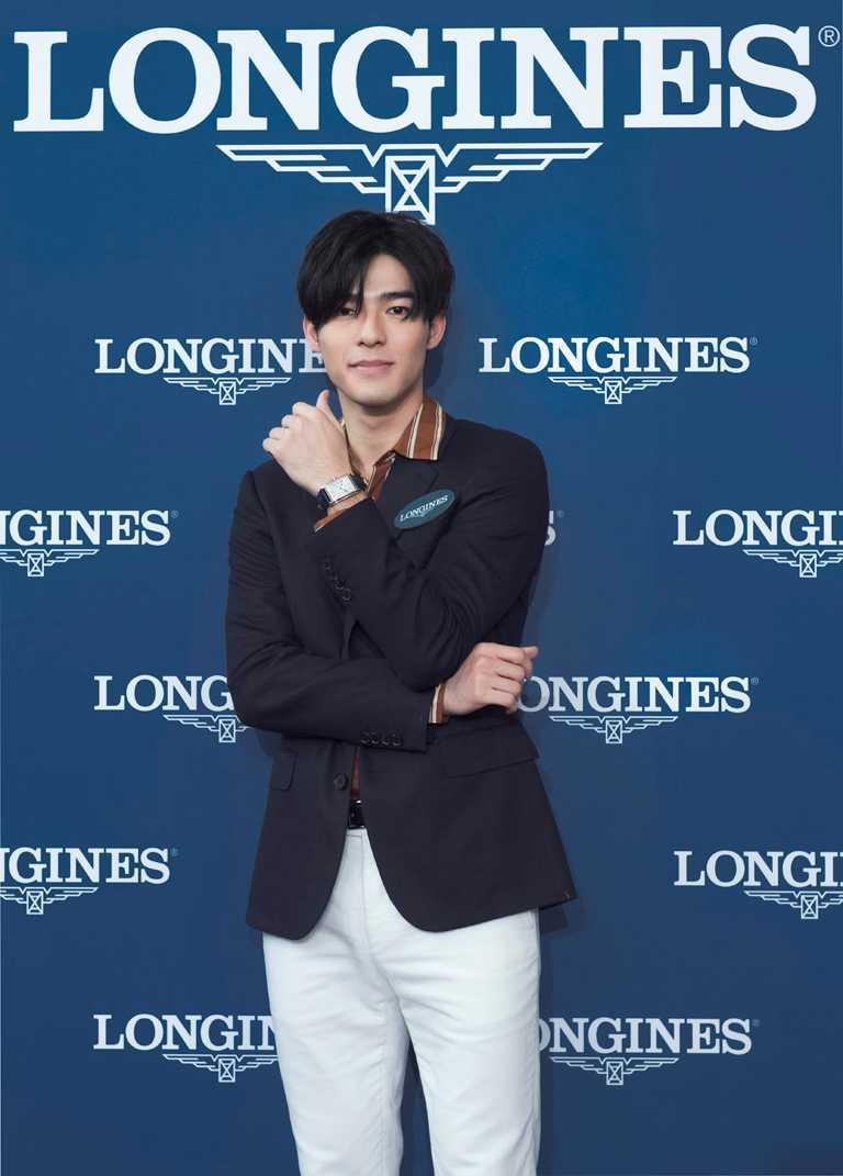 影壇人氣新男神陳昊森,佩戴浪琴表「DolceVita多情」系列銀色面盤羅馬時標男士腕錶,展現獨特紳士風格。(圖╱LONGINES提供)