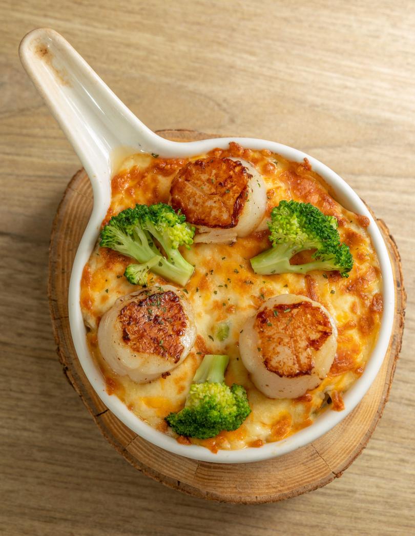 「焗烤松葉蟹膏干貝燉飯」集結松葉蟹與干貝的鮮甜香氣,非常受客人歡迎。(550元)