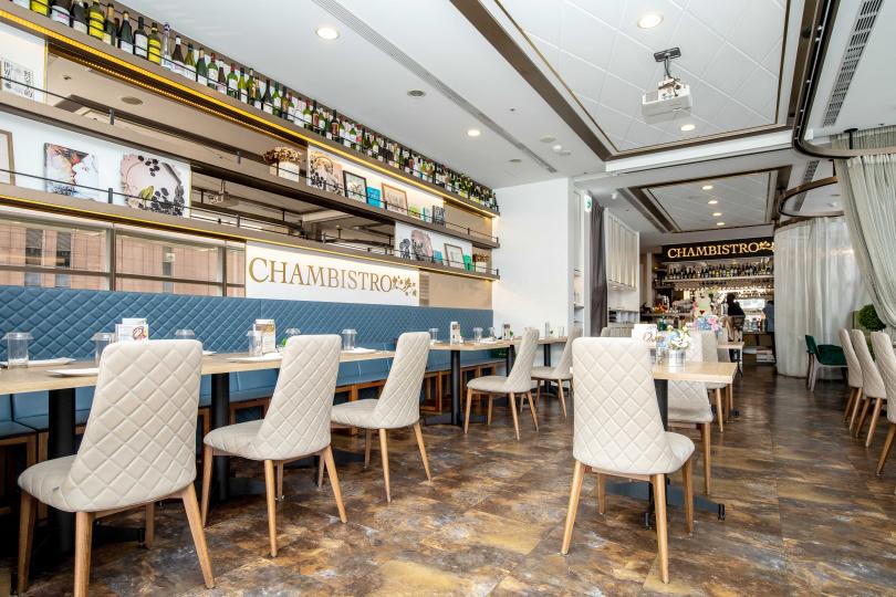 「享.香檳海鮮餐酒館」的空間走法式沙龍風格路線,也有半開放式紗簾座位及包廂區。