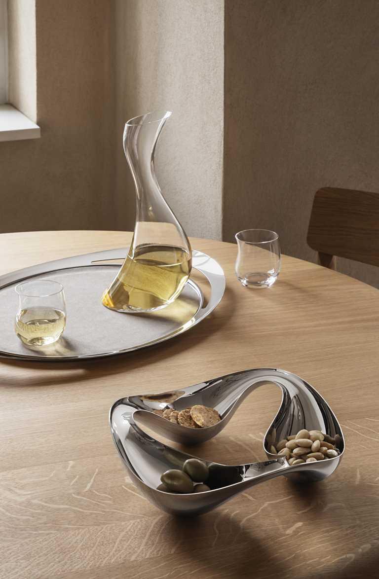 GEORG JENSEN 2021春夏全新「COBRA」系列,(左)鏡面拋光不鏽鋼置物托盤╱5,900元;(右)鏡面拋光不鏽鋼麵包水果籃╱3,200元。(圖╱GEORG JENSEN提供)