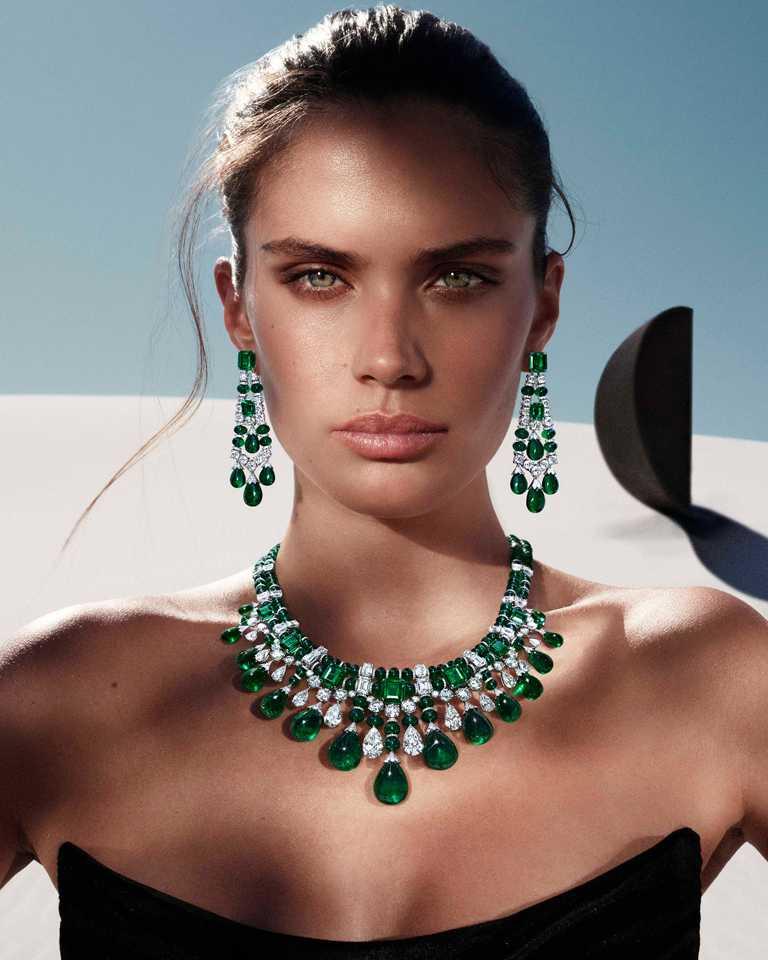 葡萄牙超模Sara Sampaio遠赴南非的亞特蘭蒂斯沙丘,展演GRAFF「Tribal」系列高級珠寶的醉人魅力。(圖╱GRAFF提供)