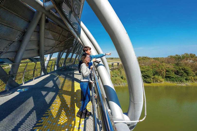「北港女兒橋」外觀十分搶眼,也成為很多網美取景的聖地。(圖/焦正德攝)