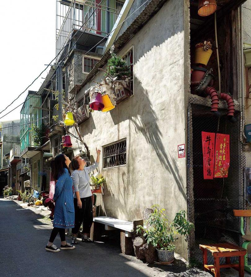 陳威光運用各式花盆媒材為兩光巷做裝飾,吸引不少遊客專門來打卡。(圖/焦正德攝)