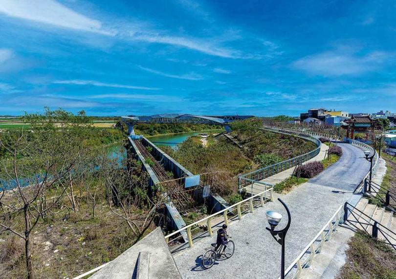 在「北港天空之橋」的瞭望平台,可看到「北港女兒橋」及目前已成斷橋的「北港復興鐵橋」。(圖/焦正德攝)