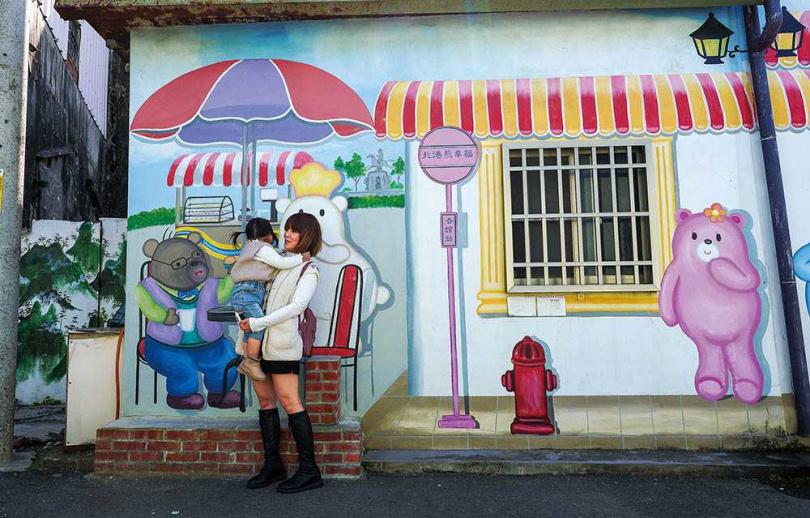 可愛的邦尼熊出現在多幅壁畫中,深受小朋友喜愛。(圖/焦正德攝)