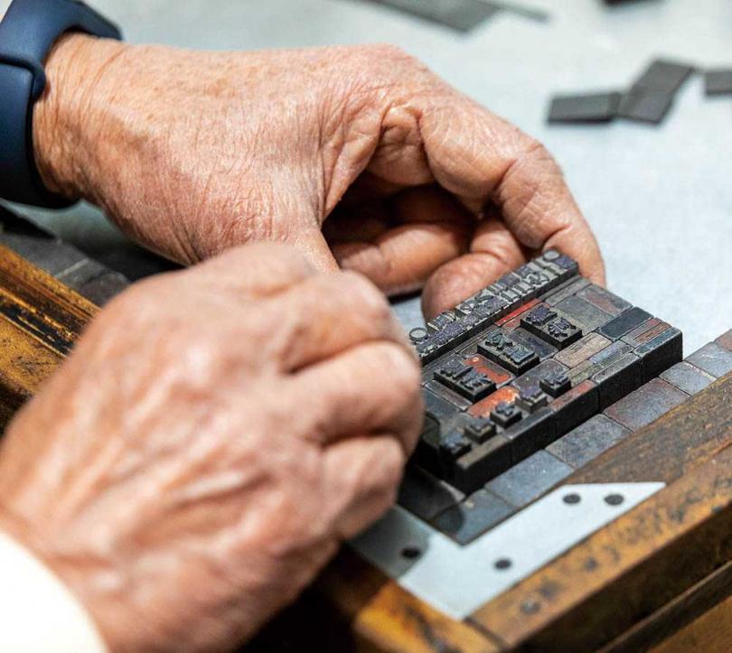早期的手動式名片印刷匣,皆是從鉛字中挑選需要的字拼成版型。(圖/焦正德攝)