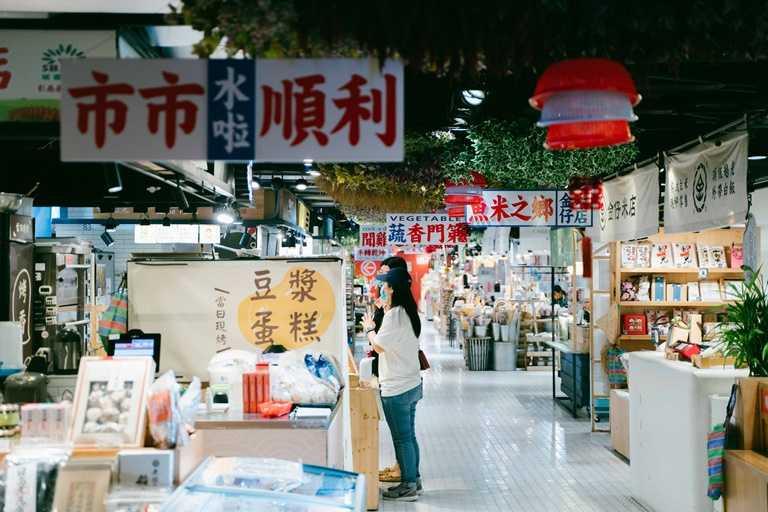 位於台中金典綠園道的「第六市場」,為全台灣首間開立於百貨公司的傳統市場。