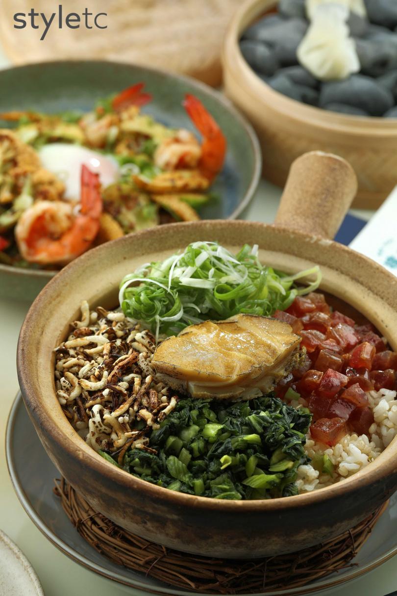 鮑魚砂鍋飯可淋上店家自製鮑魚肝醬油,增添另一種風味。(680元)(圖/于魯光攝)