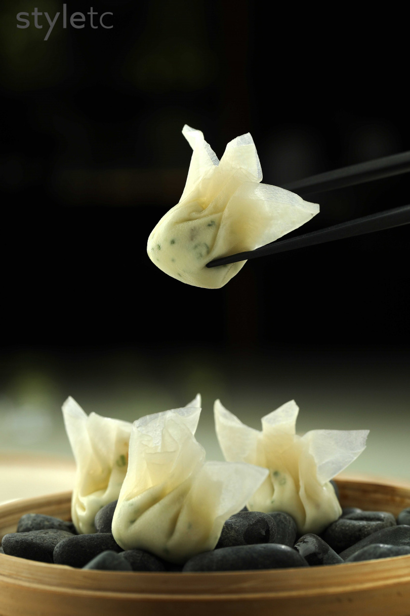 酸甜漬蘿蔔薄片作外皮的雲吞,恰好平衡鹹魚起司的鹹香。(180元)(圖/于魯光攝)