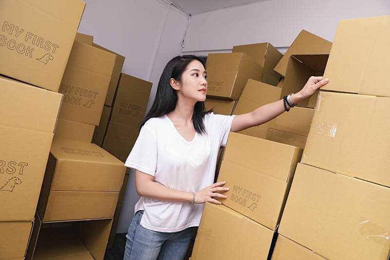 為確保商品品質,邱楷雯仔細檢查確認無誤再裝箱。(圖/戴世平攝)