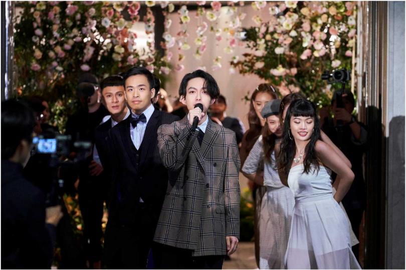 林宥嘉(左)聯手新郎突襲現身婚禮,為新娘製造驚喜。(圖/點睛品提供)