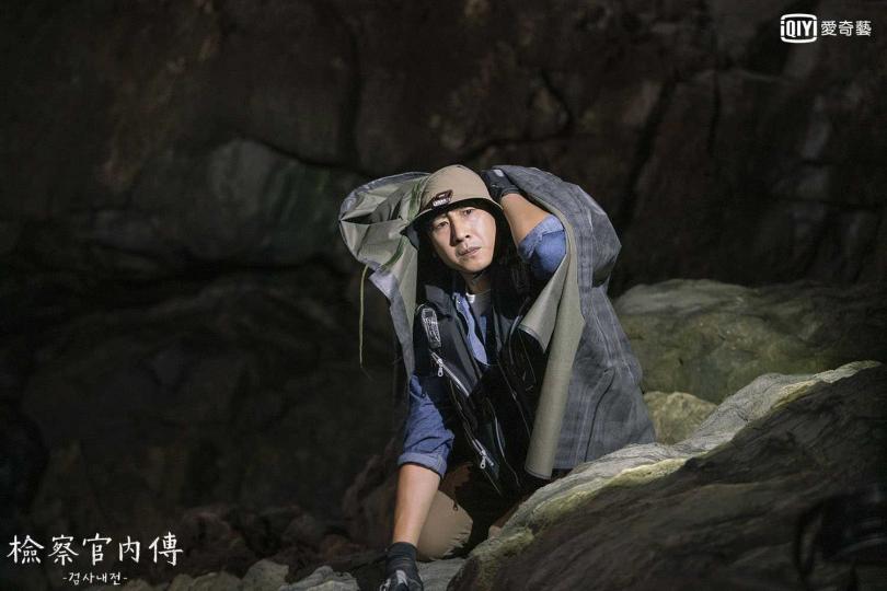 劇中李善均飾演檢察官,卻因違法釣魚被抓。