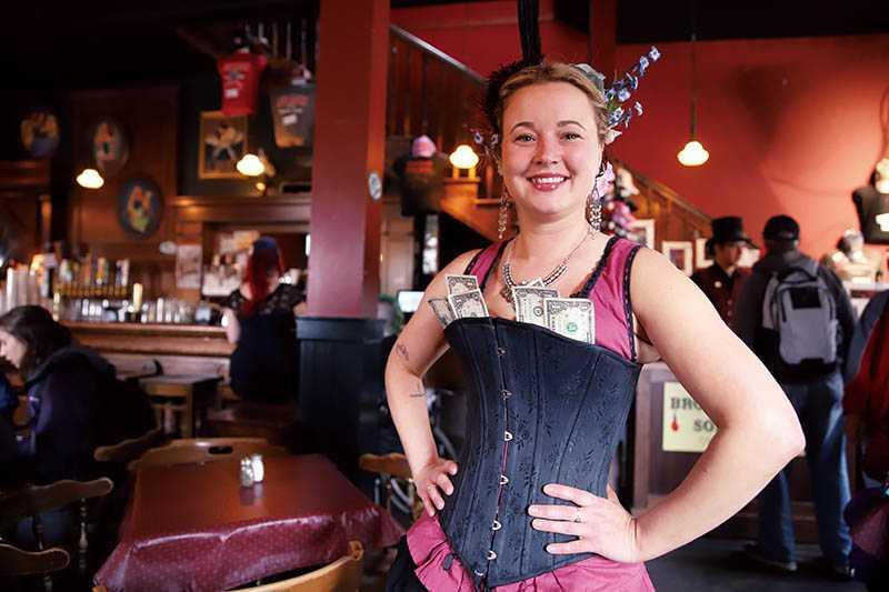 在史凱威鎮上的酒吧,可看到打扮成淘金女郎的侍者。(圖/妮可魯攝)