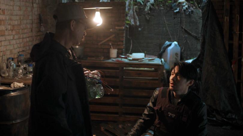 姚淳耀劇中與飾演炸彈客的莊益增談判。(圖/公視)